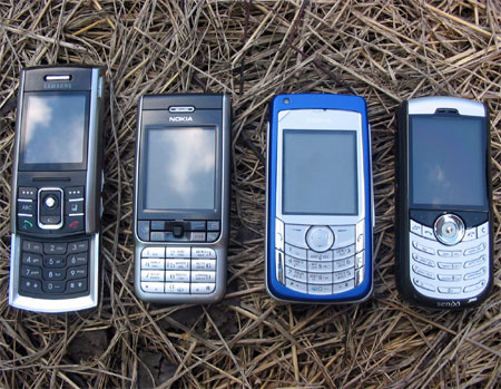Сравнение габаритов (слева направо): Samsung D720, Nokia 3230, Nokia 6681 и RoverPC Sendo X1