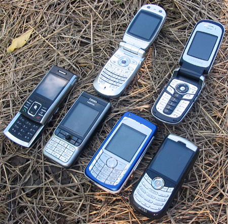Коллективное фото: Samsung D720, Nokia 3230, Nokia 6681, RoverPC Sendo X1, а также Samsung D730 и Panasonic X700 в открытом состоянии