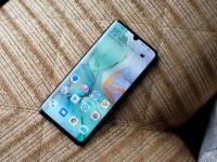 Подбородки в безрамочных смартфонах. Huawei первой объяснила, для чего они нужны