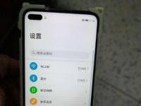 Смартфон Honor V30 с «дырявым» экраном позирует на фотографии