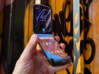 Неровности и складки – это нормально: Motorola RAZR на видеоинструкции